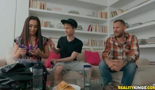 Зрелая мамка изменяет мужу с молодым курьером на диване