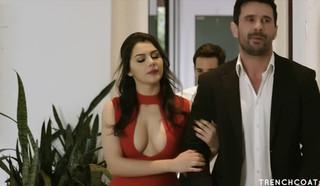Девушка с красивой грудью соблазнила мужика откровенным нарядом