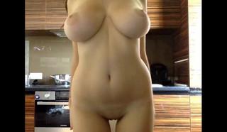 Голая домохозяйка показывает свои сиськи крупным планом